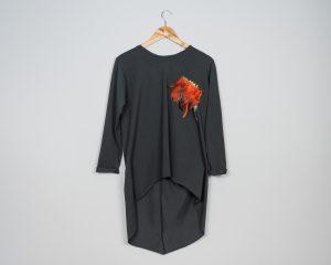 Camiseta larga con plumas